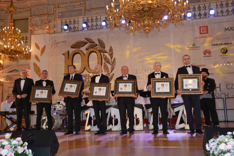 Českých 100 nejlepších: Předseda družstva OBZOR Zlín, p. Vladan Zejda, přebírá diplom.