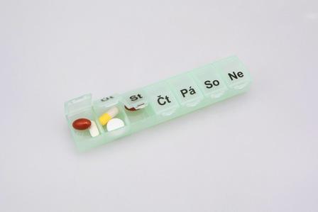 týdenní dávkovač léků malý zelený
